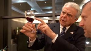 Il sommelier Piero Sattanino illustra i pregi del vino Batasiolo a Quality of Life