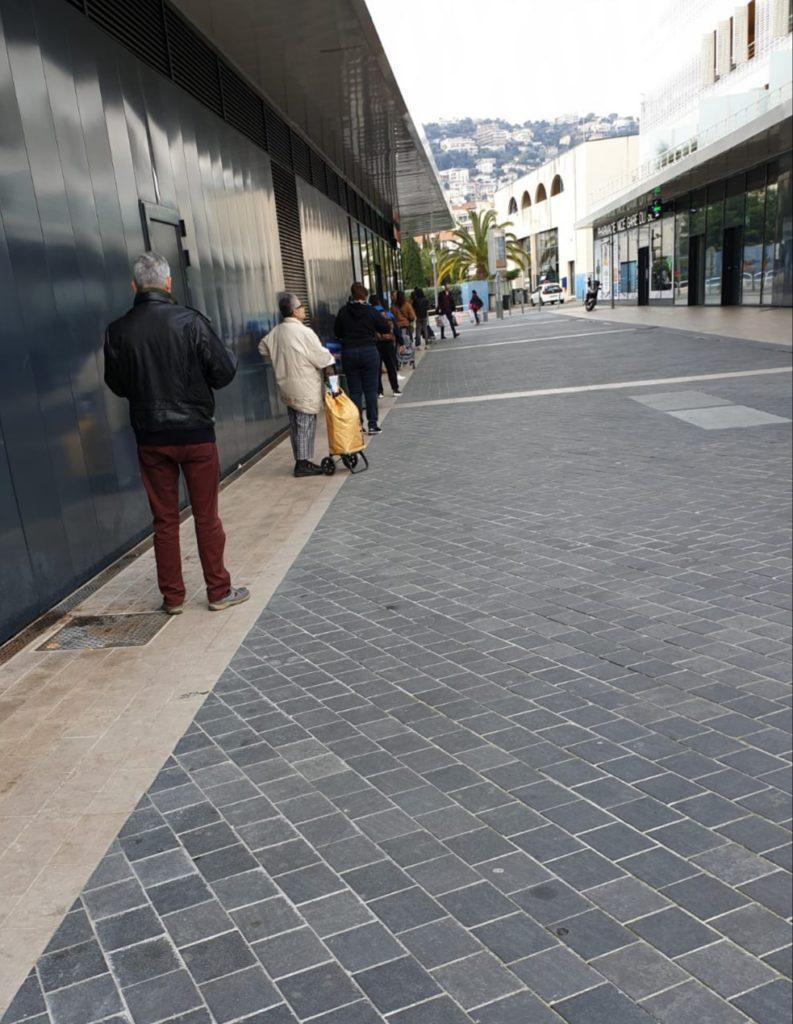 Persone in attesa di entrare al supermercato in zona Libération (ph. Florian Sala)