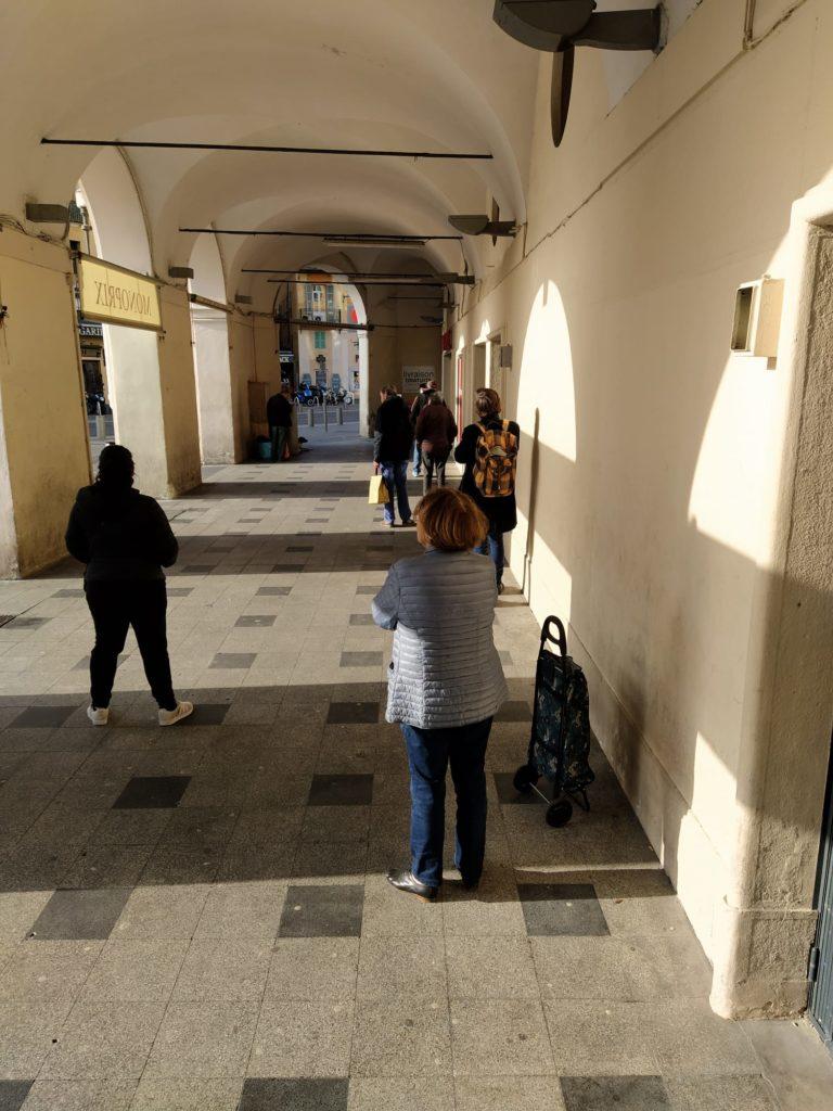 Persone in attesa di entrare al supermercato in zona Garibaldi (ph. Giovanni Gugg)