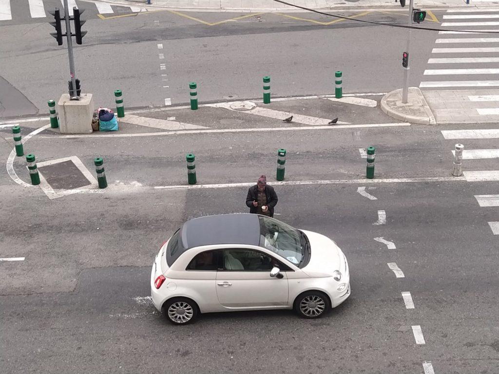 Un senza tetto chiede l'elemosina alle poche auto in passaggio (ph. Giovanni Gugg)