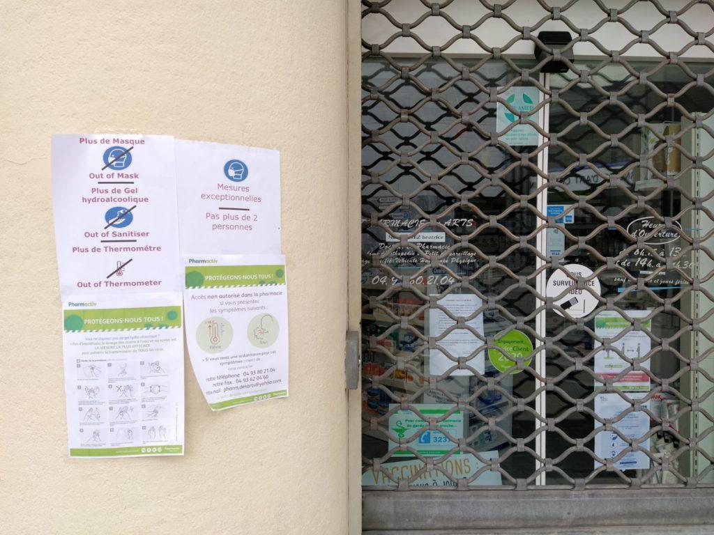 Una farmacia chiusa (ph. Giovanni Gugg)