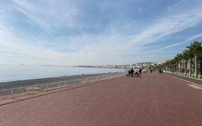 A Nizza via le sedie blu della Promenade